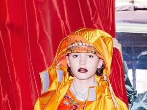 Iris Law w pomarańczowej kurtce