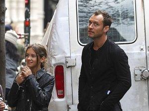 Jude Law z córką Iris Law na ulicy
