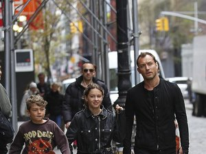 Jude Law z dziećmi na ulicy