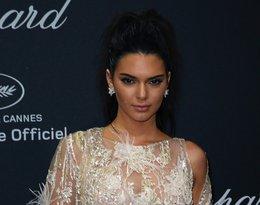 Kendall Jenner w kremowej skni z koronki z piórami