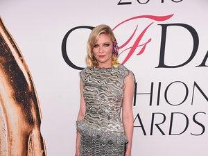 Kirsten Dunst w szarej sukience