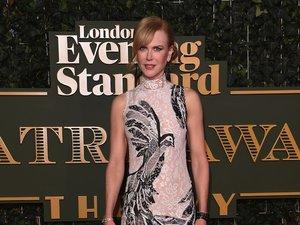 Nicole Kidman w różowej sukni z ptakiem