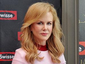 Nicole Kidman w różowych sukienkach i dwóch fryzurach