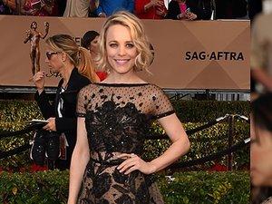 Rachel McAdams w czarnej koronkowej sukni i naturalnej fryzurze