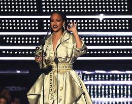 Rihanna w długiej, złotej sukni