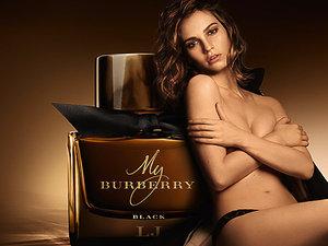 Rozebrana Lily James i flakon perfum My Burberry Black