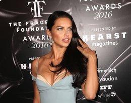 Adriana Lima w błękitnej sukience z odsłoniętym stanikiem