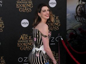 Anne Hathaway w sukience opadającej na ramię