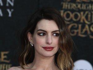 Anne Hathaway w sukience z dużym dekoltem