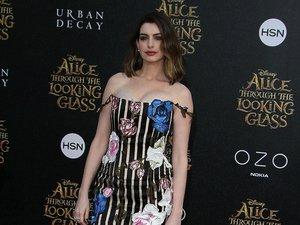 Anne Hathaway we wzorzystej sukience z dekoltem