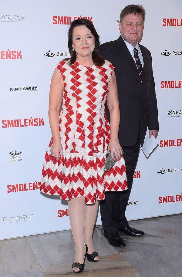 Danuta Holecka w biało-czerwonej sukience