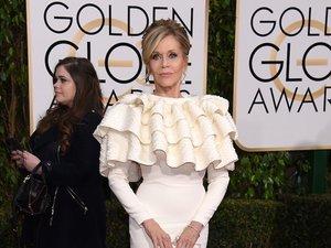 Jane Fonda w białym kostiumie z falbanami przy szyi