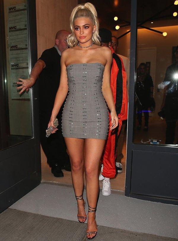 Kylie Jenner w szarej mini