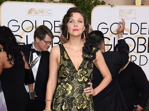 Maggie Gyllenhaal w sukience w złote kwiaty