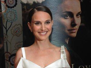 Natalie Portman w białej sukience z dekoltem