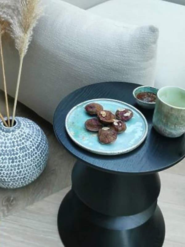 anna-lewandowska-dom-poakzuje-salon-stolik-kawowy-czarny
