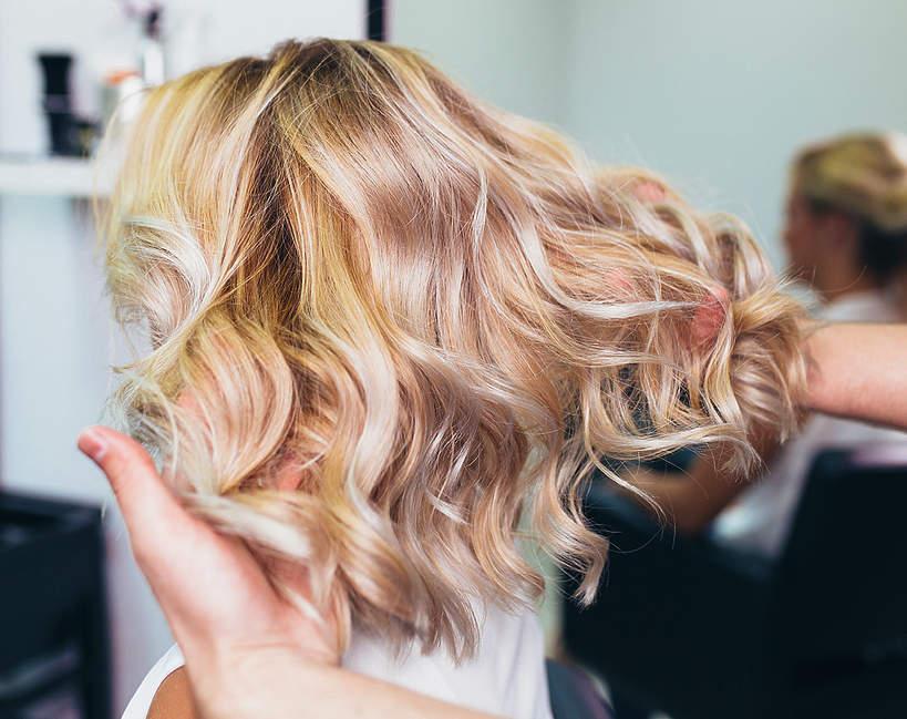 Blond włosy. Wizyta u fryzjera. Kiedy będzie można pójść do fryzjera?