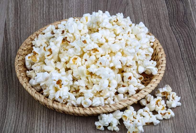 Wiklinowy talerz popcornu.