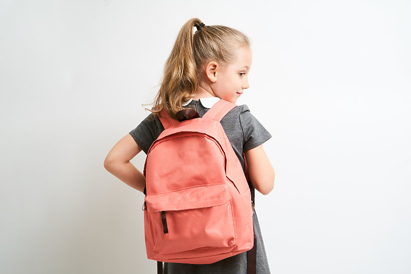 dziewczynka z plecakiem T-Mobile