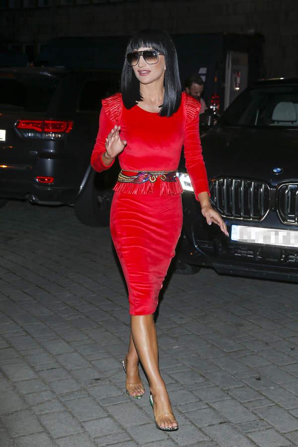 Justyna Steczkowska w Opolu 2021 czarna peruka czerwona sukienka