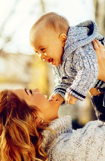 matka z dzieckiem na spacerze