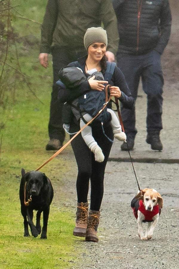 meghan na spacerze z Archiem i psami