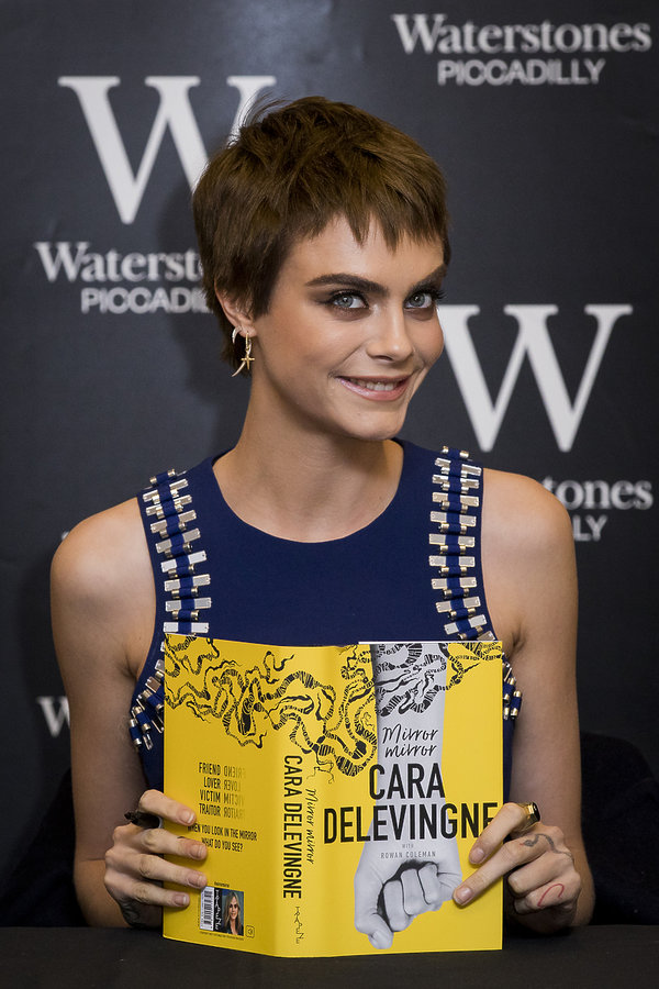 Mirror, Mirror: A Twisty Coming‑of‑Age Novel about Friendship and Betrayal ... Książka autorstwa: Cara Delevingne