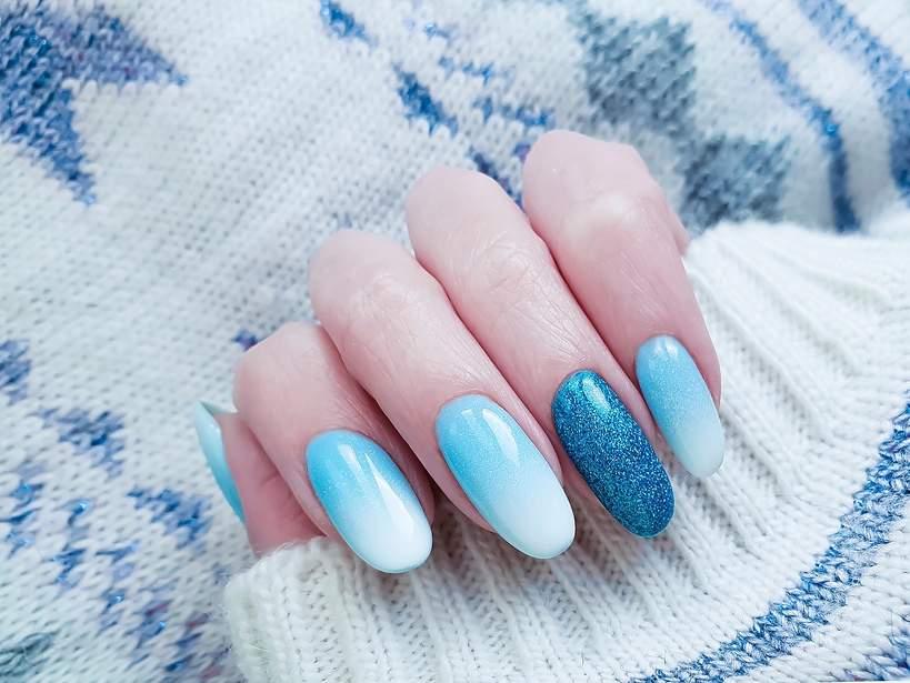 niebieskie paznokcie ombre