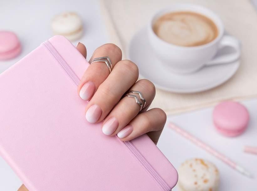 różowe paznokcie ombre