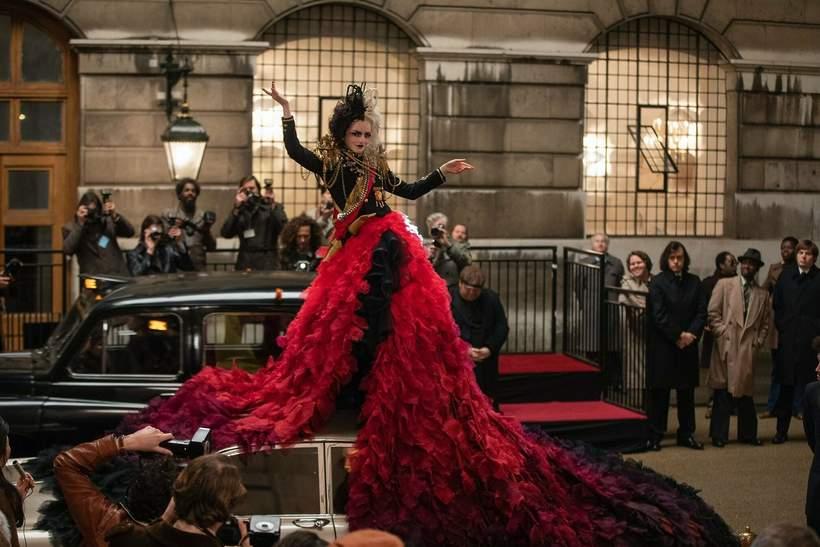 stylizacje i makijaze w filmie Cruella z emma stone czerowna suknia