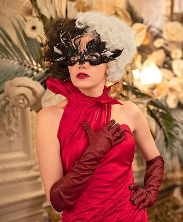 stylizacje i makijaze w filmie Cruella z emma stone maska