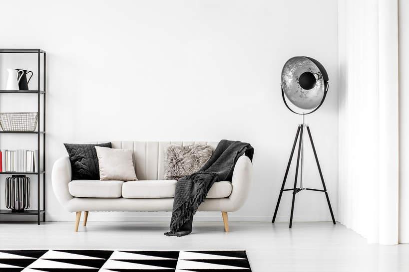 trendy-wiosna-2021-male-mieszkanie-jak-urzadzic-minimalizm-nowoczesny-styl-biel-czern-2