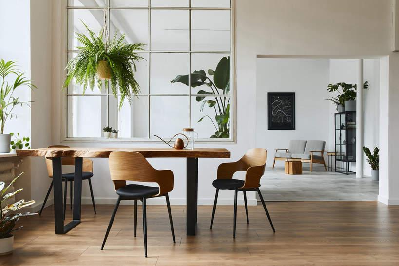 trendy-wnetrza-wiosna-2021-drewniane-meble-styl-design-co-wybrac-lazienka-drewniany-stol-jadalnia-jak-urzadzic