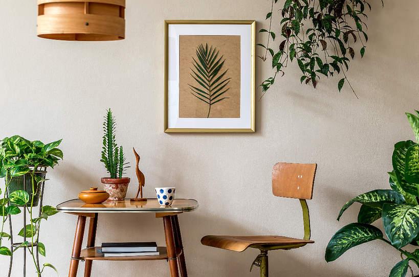 trendy-wnetrza-wiosna-2021-drewniane-meble-styl-design-co-wybrac-lazienka-drewniany-stol-krzesla-naturalny-kolor-drewna