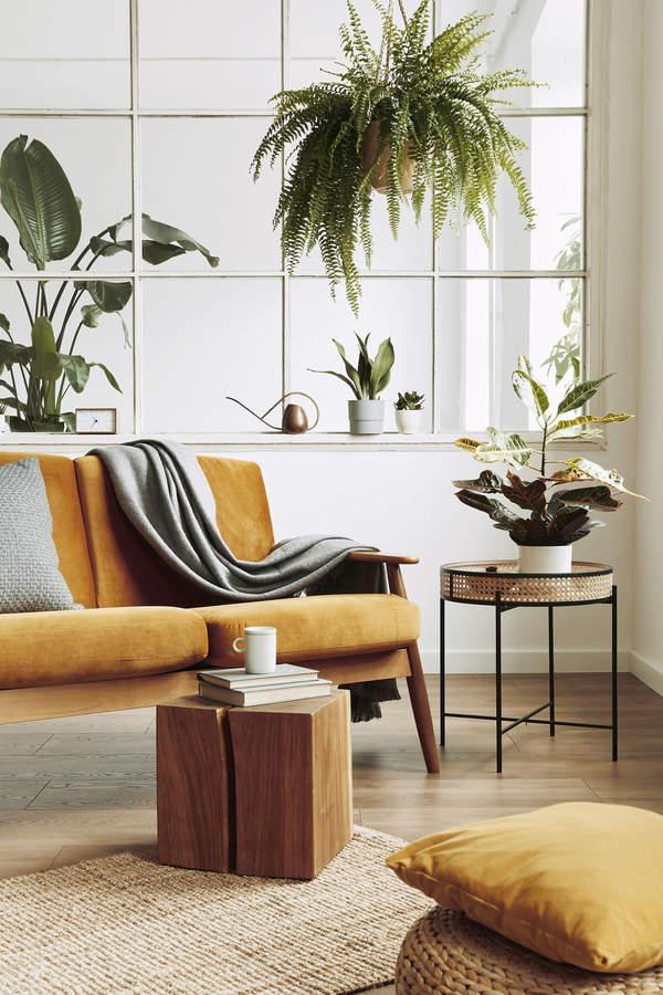 trendy-wnetrza-wiosna-2021-drewniane-meble-styl-design-co-wybrac-lazienka-drewniany-stolik-kawowy-do-kanapy-jak-dobrac