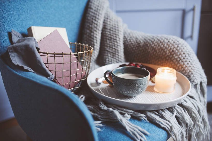 trendy wnetrzarskie jesien zima 2021 2022 aranzacja wnetrz modne mieszkanie styl koce