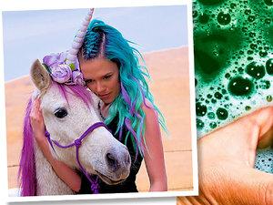 Dziewczyna z jednorożcem i w tęczowych włosach; opakowanie zielonej farby do włosów Lime Crime