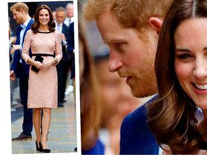 Kate middleton we fryzurze Lob i rózowej sukience