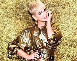 Katy Perry w krótkich włosach na złotym tle