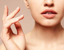 Jak nosić usta w kolorze nude? Invisi-lips to nowy, gorący trend!