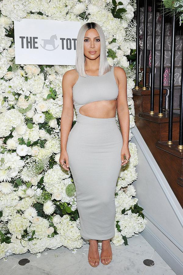 Kim Kardashian w białej sukience