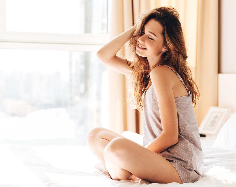 kobieta łóżko poranek