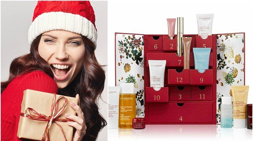 Kobieta w czapce Mikołaja i kalendarz adwentowy