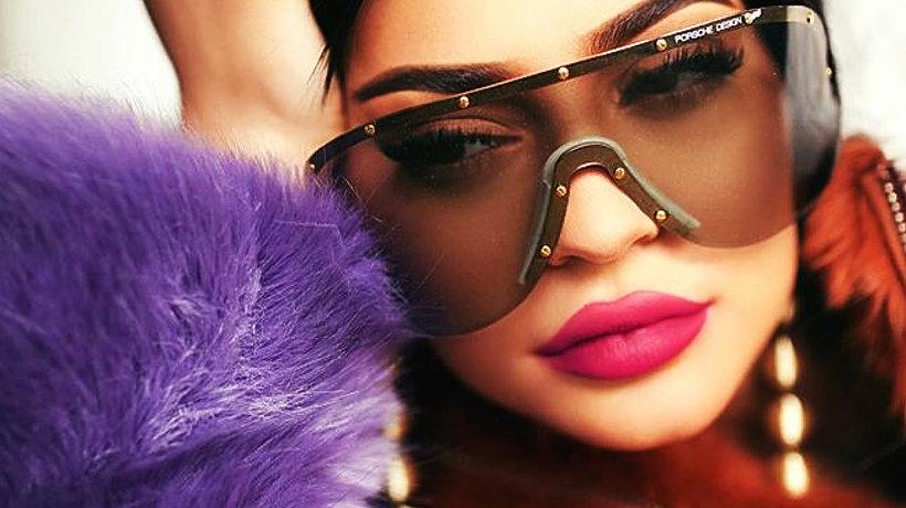 Kylie Jenner w okularach i fioletowym futrze