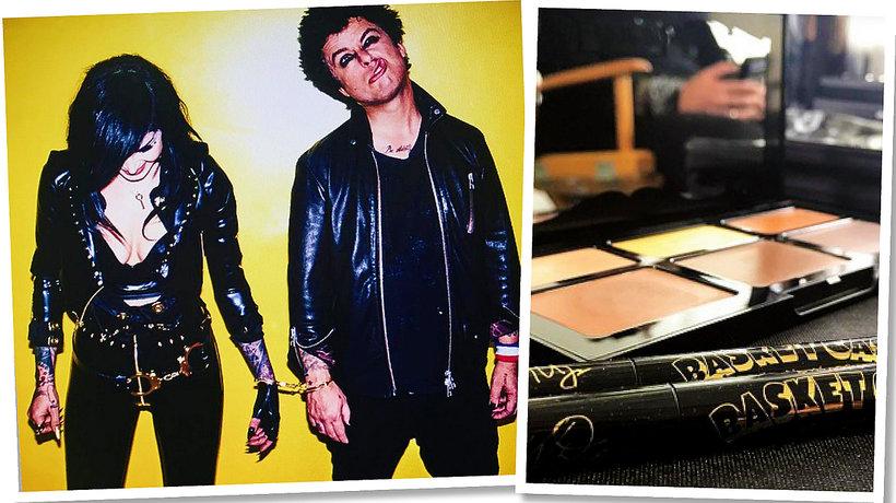 Kat Von D i Billie Joe Armstrong trzymają się za ręce na żółtym tle/ich wspólny produkt - czarny eyeliner