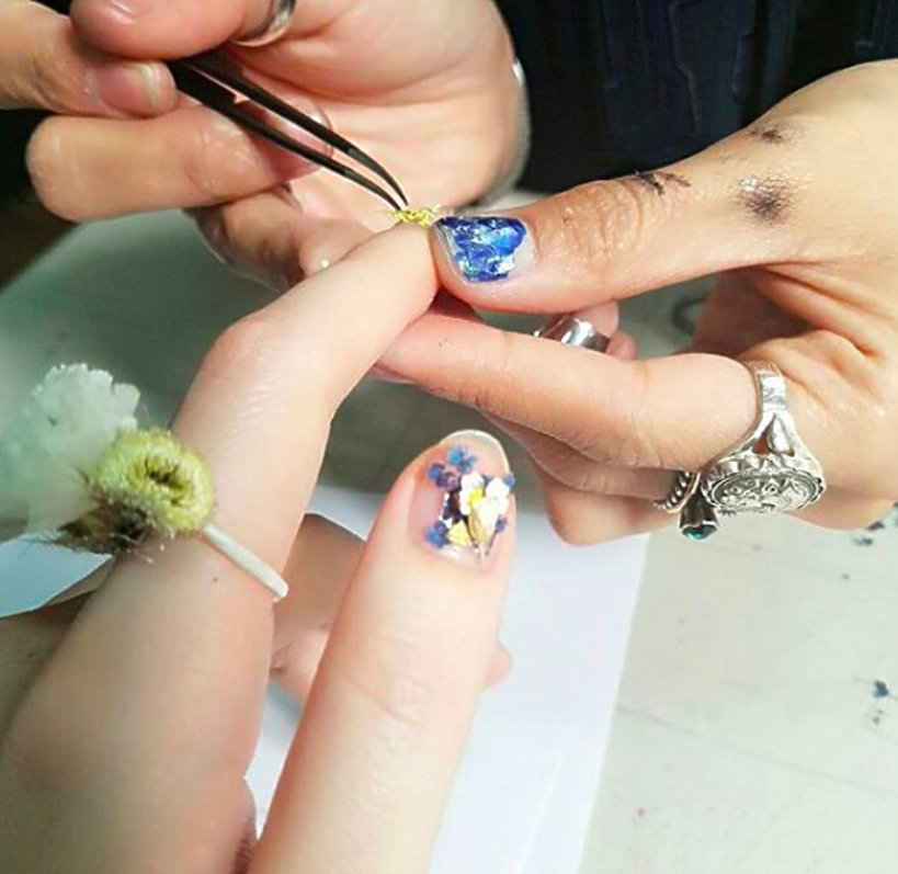 Manicure w trakcie tworzenia