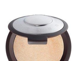 Rozświetlacz w pudrze Shimmering Skin Perfector, BECCA, 155 zł (w Sephorze).
