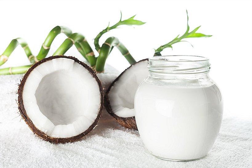 kokos i słoik z olejem kokosowym