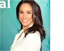 Uśmiechnięta Meghan Markle w białej koszuli, rozświetlacz YSL Touche Eclat