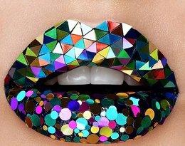 Zdobione usta: kolorowe cekiny